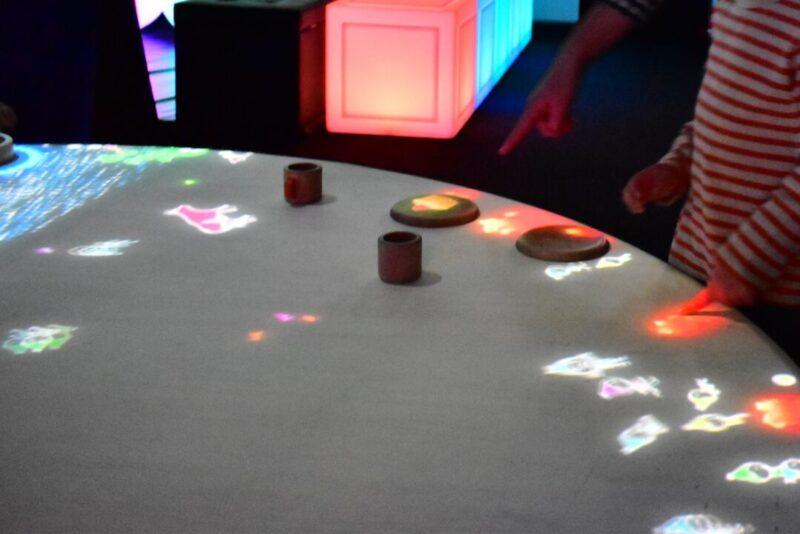 「チームラボ 学ぶ!未来の遊園地」小人が住まうテーブル