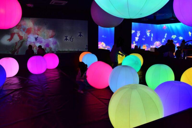 「チームラボ 学ぶ!未来の遊園地」光のボールでオーケストラ
