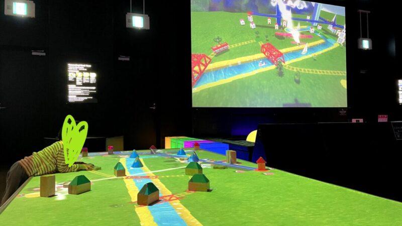 「チームラボ 学ぶ!未来の遊園地」つながる!積み木のまち