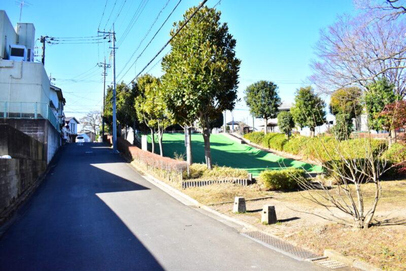 「芝原西公園」前の道路