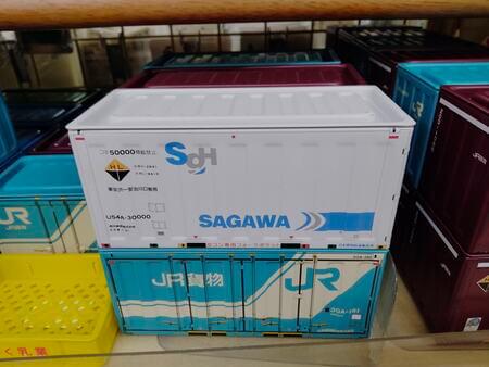 セリアで売られているコンテナボックス(JR貨物、佐川急便)